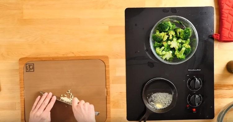 Разогреваем на сковороде кусочек сливочного масла, добавляем к нему измельченный чеснок.