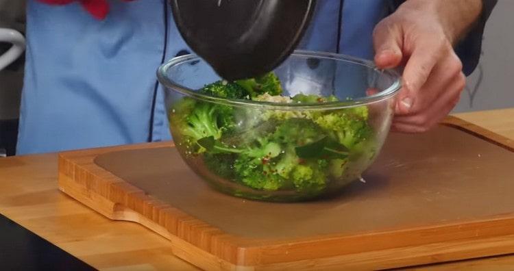 Заправляем брокколи чесночным маслом.