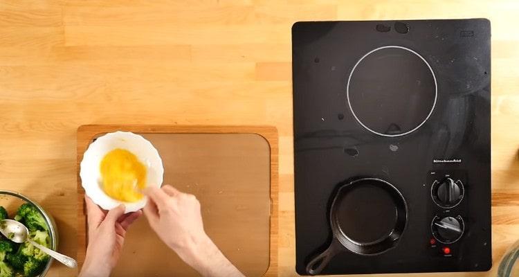 В мисочке взбиваем яйца.