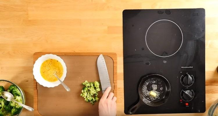 разогреваем сковороду с маслом.