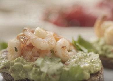 Вкуснейшая брускетта с авокадо и креветками: готовим по рецепту с фото.