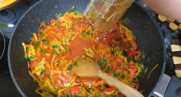 Добавляем томатный сок и бульон к овощам.
