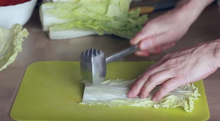 Уплотненную часть капустного листа можно отбить кухонным молоточком.