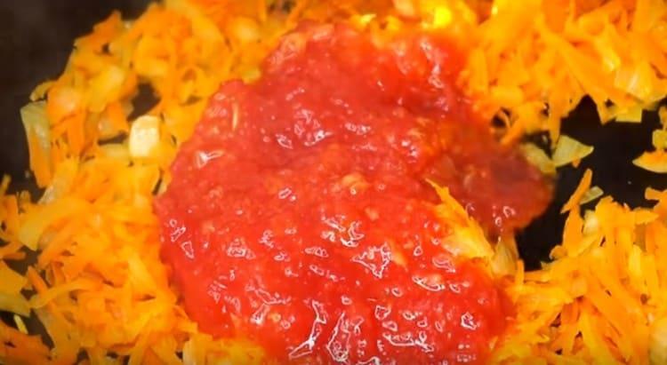 Добавляем к луку на сковороду морковку, а через несколько минут измельченные томаты.