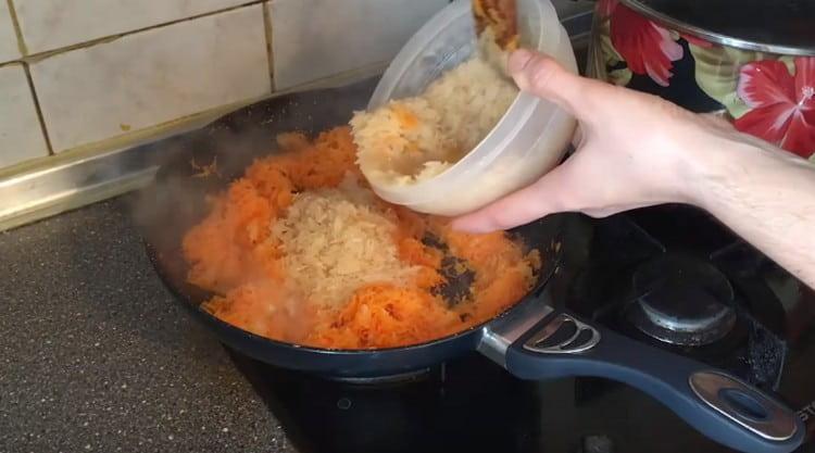 Добавляем к овощам промытый рис.