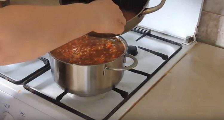 Заливаем голубцы приготовленным ранее соусом.
