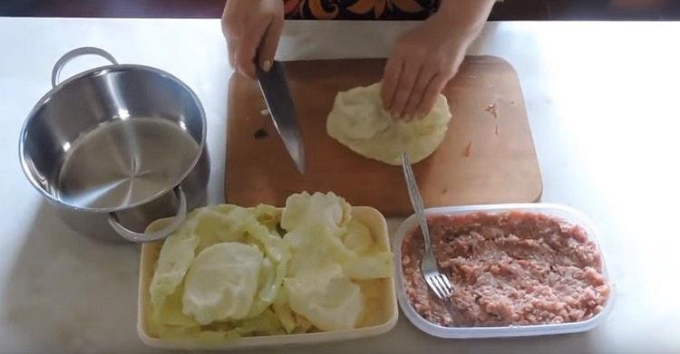 При варке снимаем с капустного вилка листья, срезаем с них толстые прожилки.