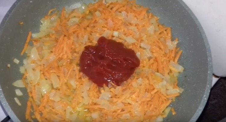 Далее добавляем томатную пасту.