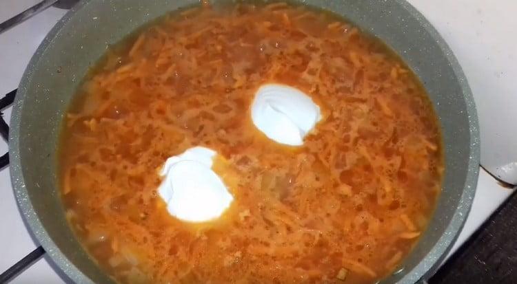 В соус добавляем также сметану.