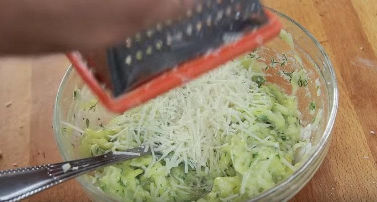 Натираем в кабачковое тесто немного пармезана.