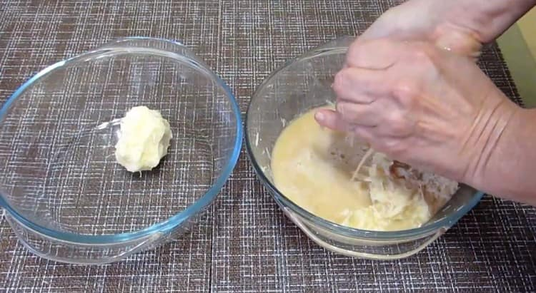 Отжимаем картофельную массу от лишней влаги.