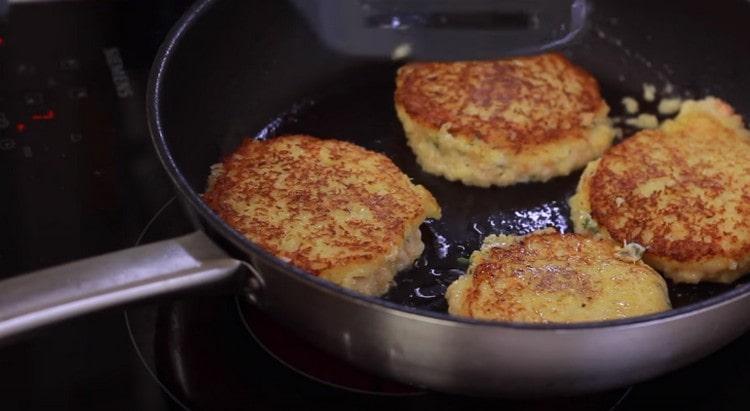Обжариваем картофельные драники с сыром с обеих сторон.