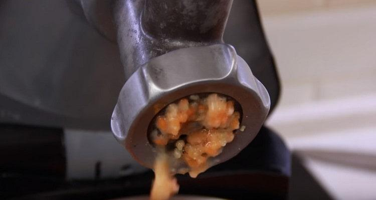картофель, морковь, лук, чеснок пропускаем через мясорубку.