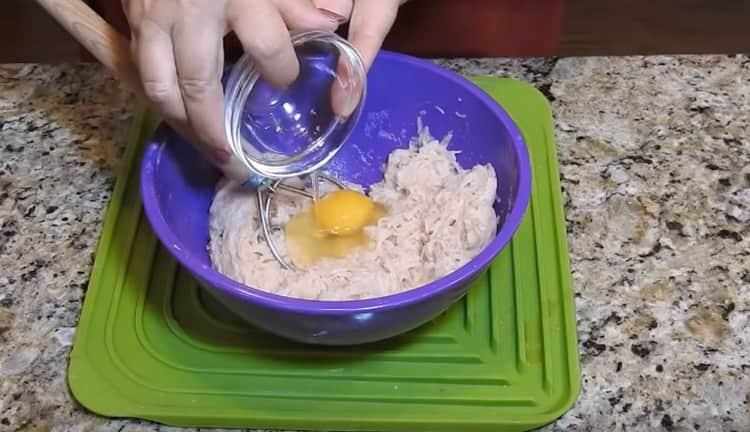 Добавляем к картошке яйцо.
