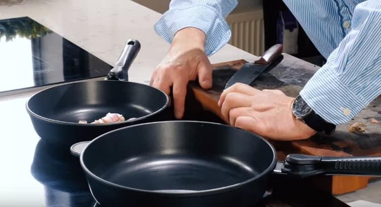 На сковороде обжариваем нарезанное кусочками сало.