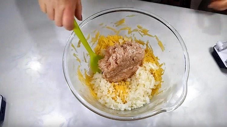 Смешиваем в миске фарш, картофель и лук.