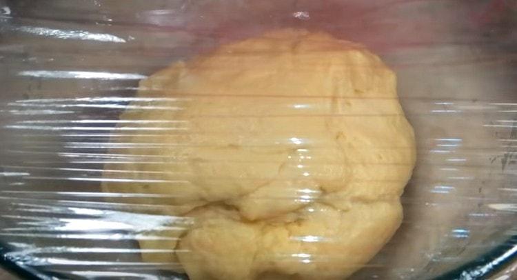 Замешиваем тесто и снова оставляем его в миске, в теплом месте.
