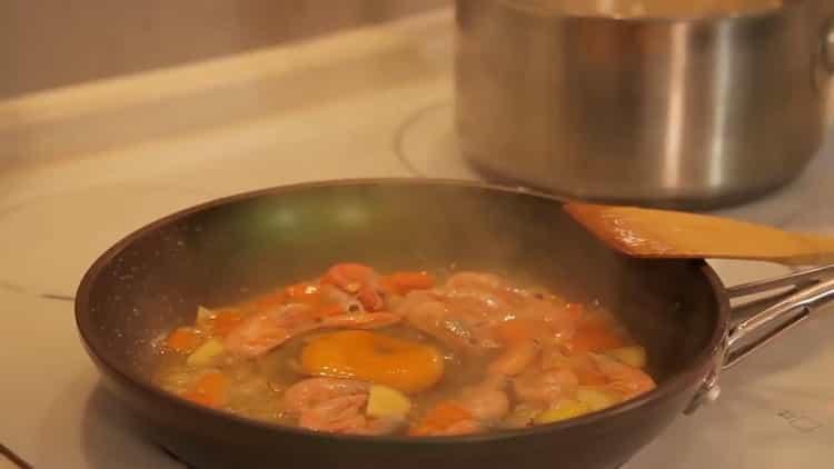 Для приготовления риса с креветками подготовьте креветки