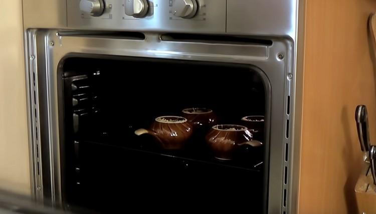На 10 минут отправляем горшочки с жульеном в разогретую духовку.