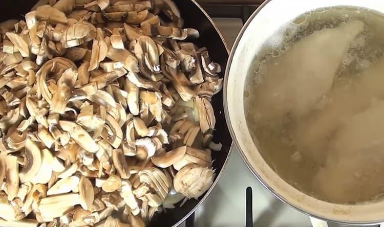Добавляем к луку грибы, жарим вместе.