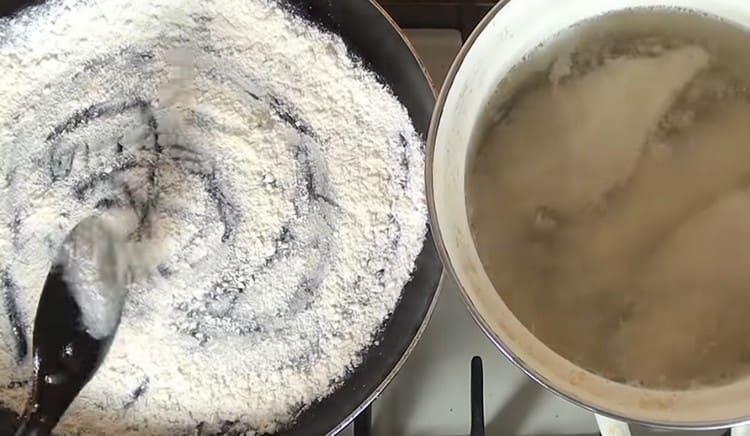Обжариваем на сковороде муку.