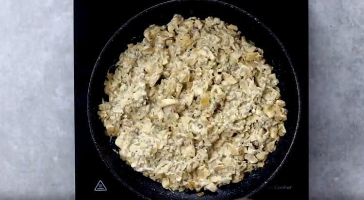 Готовим грибы со сметаной несколько минут.