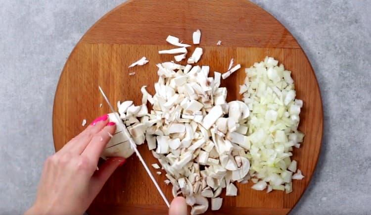 Так же, как и лук, измельчаем грибы.