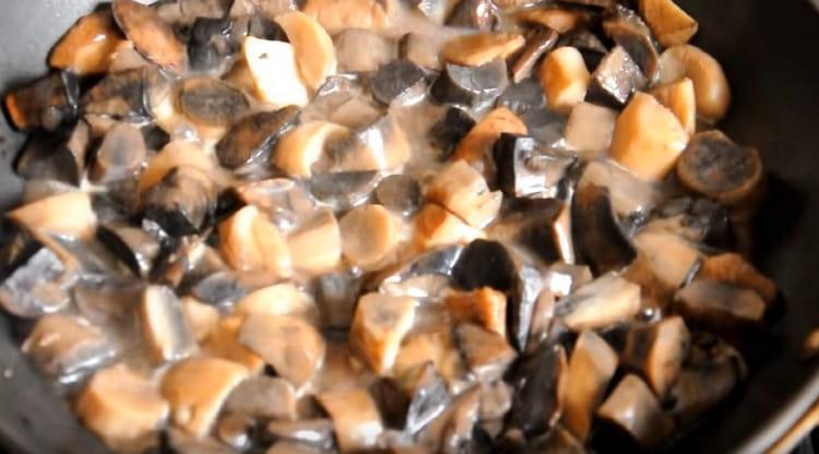 На другой сковороде тушим грибы.