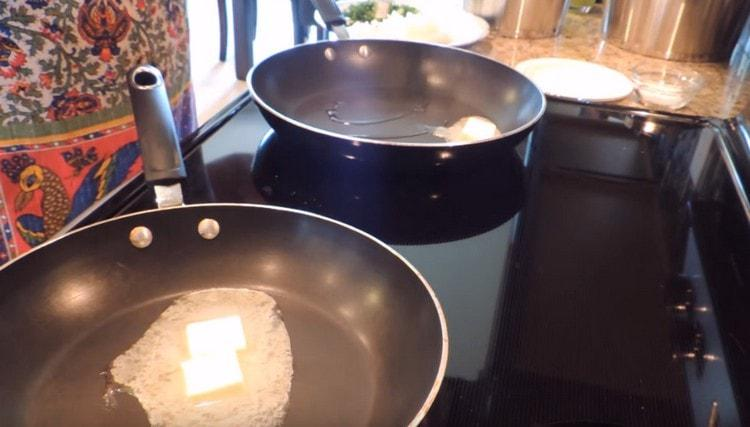 Нагреваем две сковороды, выкладываем на одну сливочное, а на другую сливочное и растительное масло вместе.