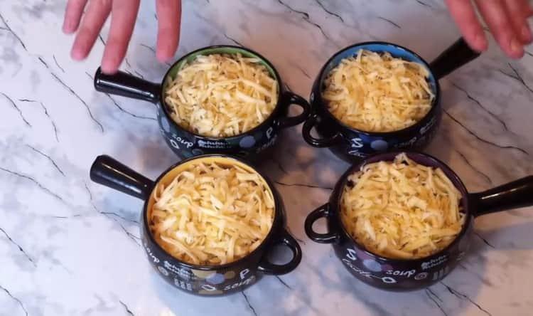 Посыпаем блюдо натертым на терке сыром.