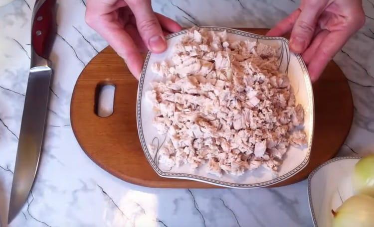 Нарезаем на кусочки отварное куриное филе.