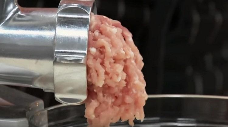 Пропускаем через мясорубку мясо.