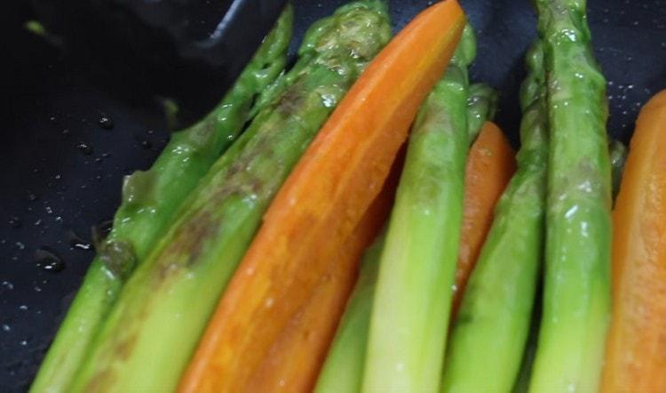 Перекладываем отварные овощи на сковороду и слегка обжариваем.