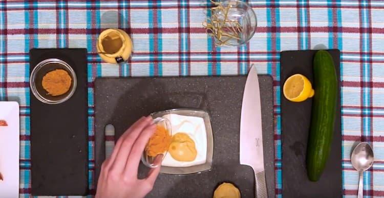 для других канапе делаем соус из сметаны, горчицы и специй