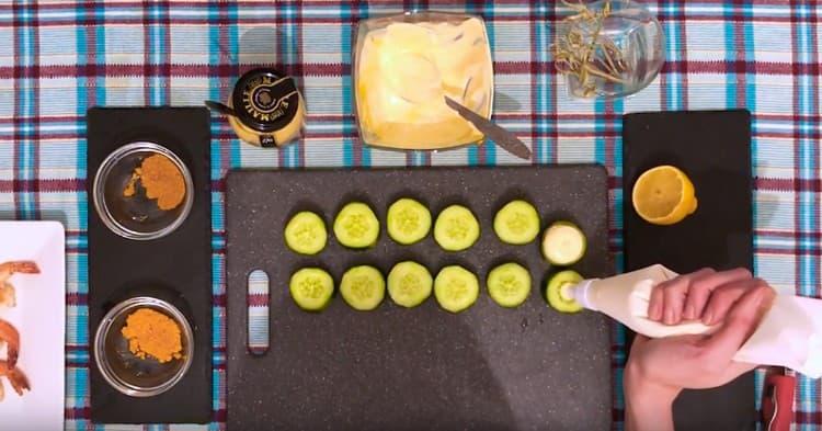 Выдавливаем на каждый кружочек огурца сметанно-горчичный крем.