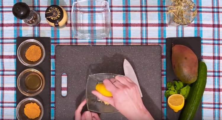 К имбирю выдавливаем сок половины лимона.