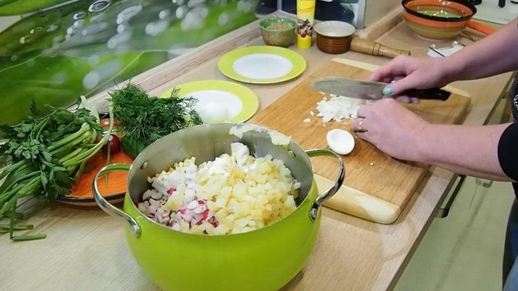 Для приготовления окрошки нарежьте яйца