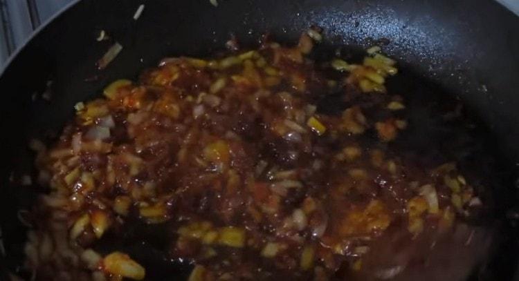 Обжариваем лук с томатной пастой.