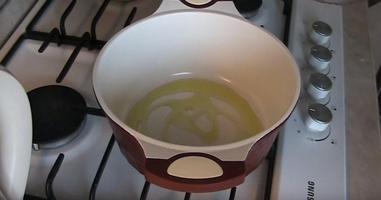 Разогреваем сотейник или кастрюлю с толстым дном, наливаем оливковое масло.