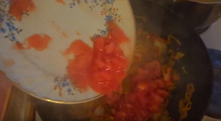 Отправляем на сковород помидоры.