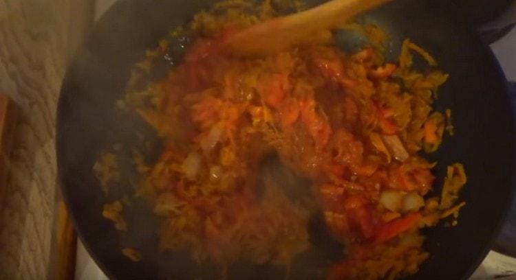 Добавляем томатную пасту.