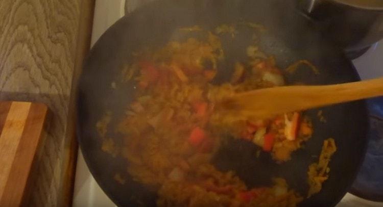 Добавляем на сковороду болгарский перец.