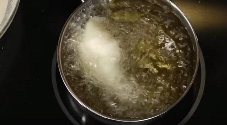 Жарим креветки во фритюре.