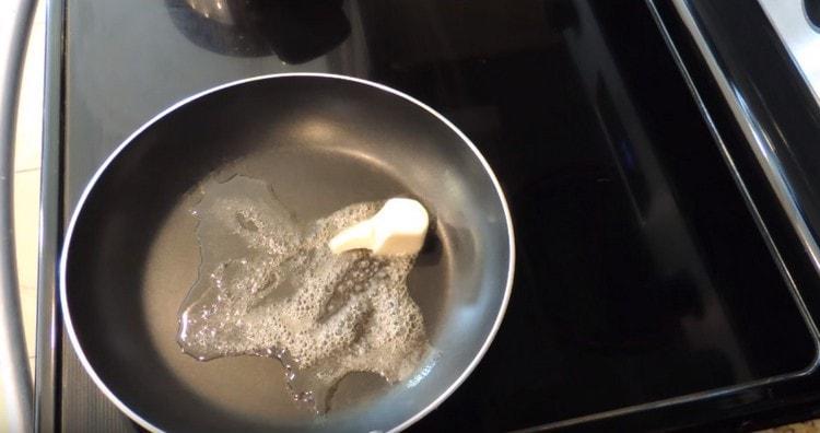 на сковороду добавляем сливочное и оливковое масло.