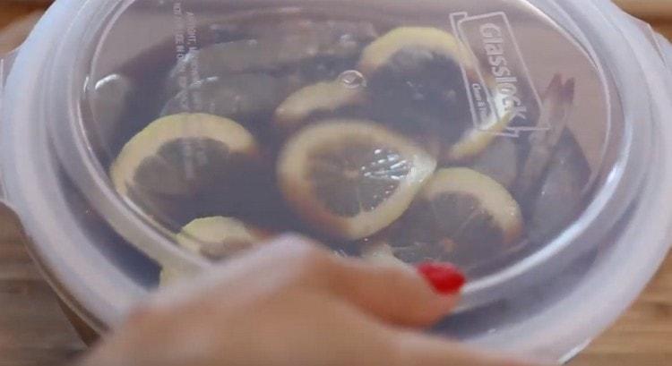 Закрываем емкость с морепродуктами крышкой и на сумтки отправляем в холодильник мариноваться.