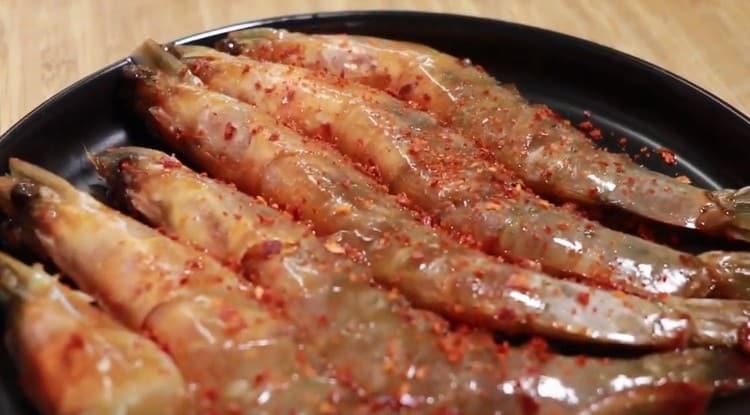 Пикантные креветки в соевом соусе готовы.