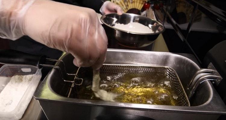 Аккуратно опускаем креветку в кипящее масло.