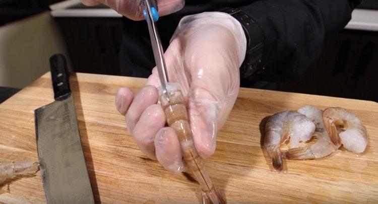 Можно также очистить креветку при помощи ножниц.