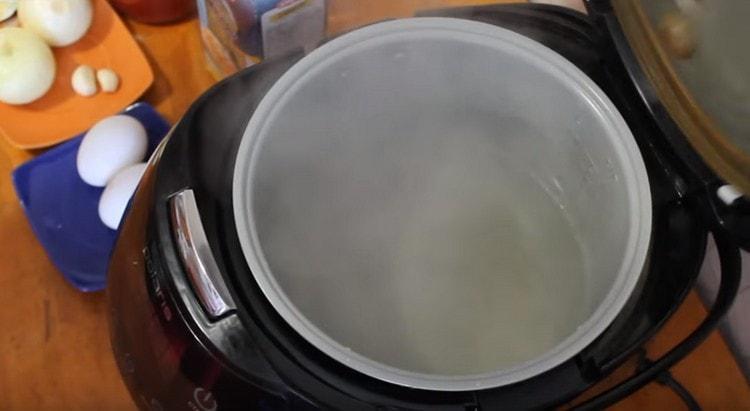 Кипятим в мультиварке воду.