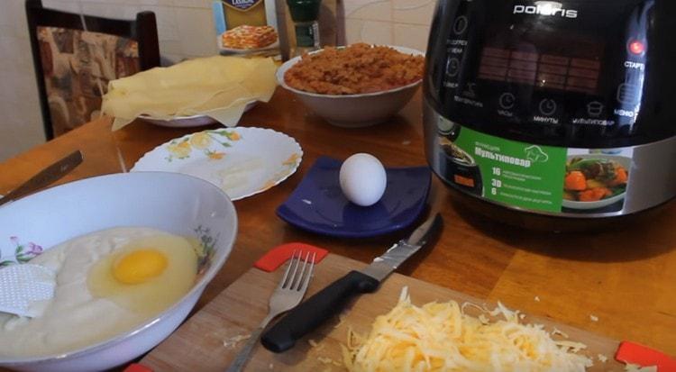 В соус выбиваем яйца, перемешиваем.